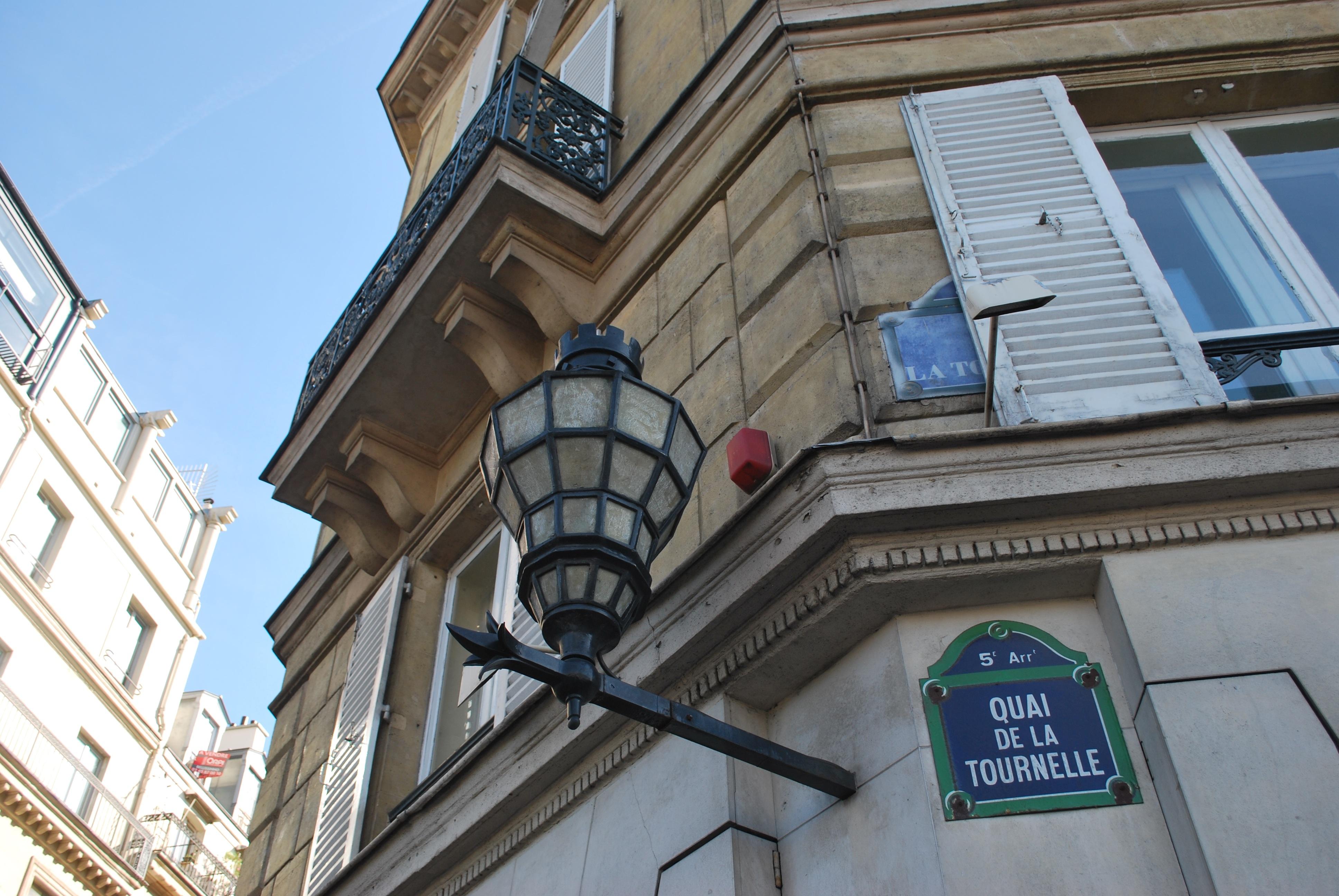 quai-de-la-tournelle-street-scene-paris