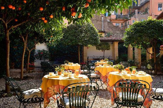 hotel-santa-maria Orange courtyard